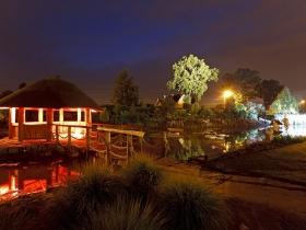 Kapias - Ogrody do zwiedzania - Altana na stawie nocną porą...